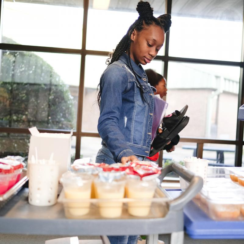 student grabbing breakfast from grab n go cart
